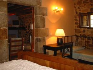 Dormitorio doble con cama individual en La Pahissa